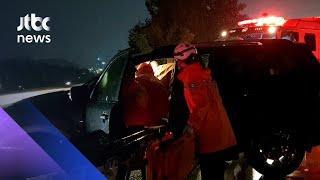 SUV 차량 빗길 고속도로서 가드레일 충돌…운전자 부상 / JTBC 아침&