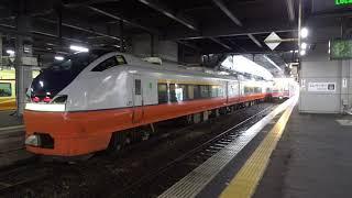 秋田駅での特急列車「つがる」と普通列車の同時発車