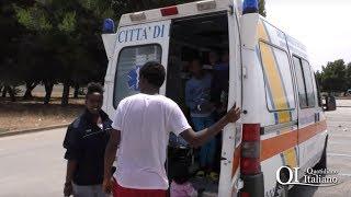 Migranti stipati come bestie nell'ambulanza: troupe aggredita