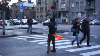 Милан .Уличный жанглер.