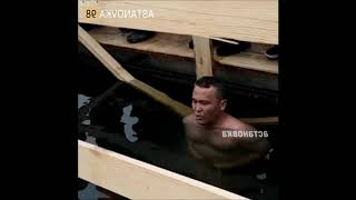 Житель Астаны установил рекорд Казахстана по стоянии в проруби зимой / Крещение 2019
