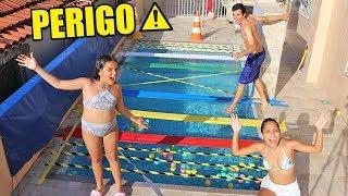 DESAFIO DA PONTE DE FITA ADESIVA NA PISCINA! - (PERIGOSO) - KIDS FUN