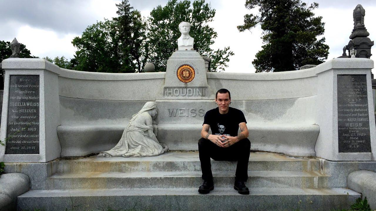 Harry Houdini's Grave - YouTube
