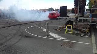 Burn et éclatement de pneu en voiture
