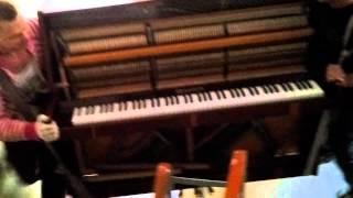 Грузчики профессионалы спуск пианино с 9 этажа