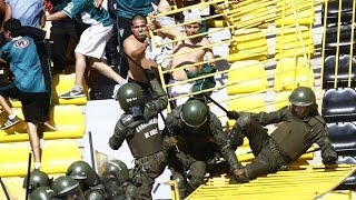 Repeat youtube video Hooligans:Santiago Wanderers fans fight with police 09.02.2014