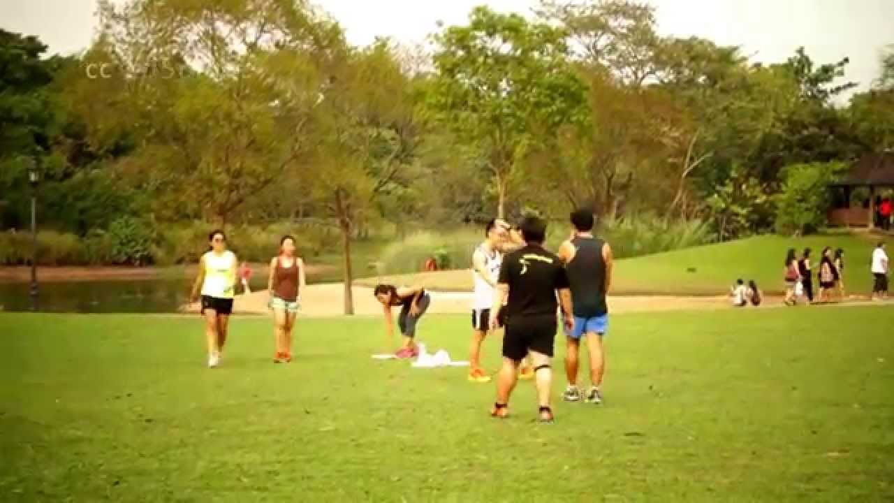 how to play frisbee How to play disc golf disc golf was invented in california in the 1960s as a cheaper, easier version of golf since then, the sport has exploded, with courses across the country and discs in most major sport retailers easy to pick up and.