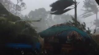 شاهد .. اعصار هيما يجتاح الفلبين ويدمر المنازل