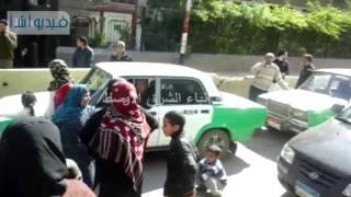 بالفيديو:أهالى قرية يقطعون الطريق امام مبنى ديوان محافظة البحيرة لانقطاع مياه الشرب 4 سنوات