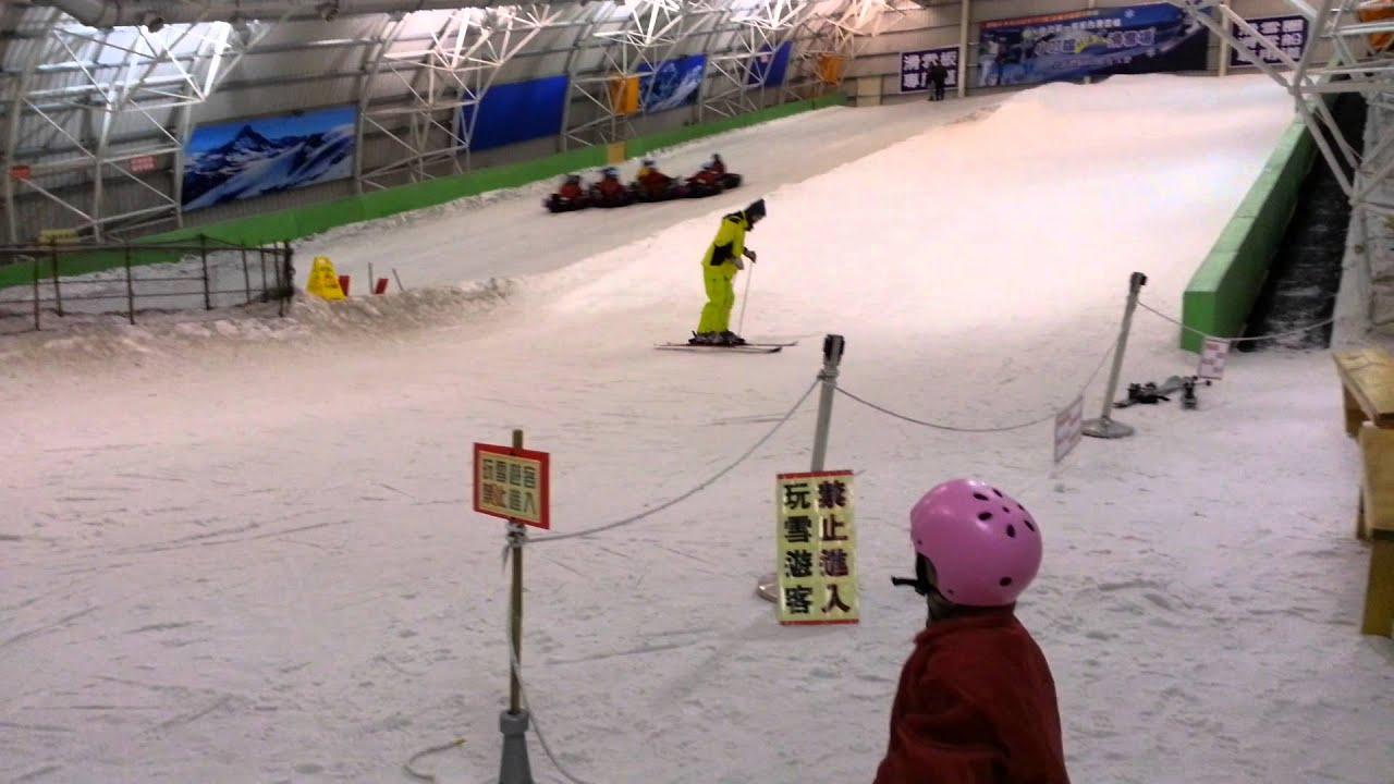 小叮噹科學園區之北海道滑雪場_20130304_105214 - YouTube