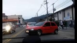Dirigindo devagarinho no congestionamento e conversão