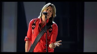 See Keith Urban Sing 'Coming Home' With Julia Michaels at ACM Aw ards