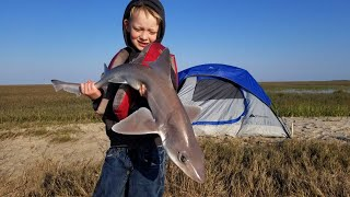 Camping on Abandoned Island - Fishing Crabbing &amp Coastal Foraging (Catch Cook Camp)
