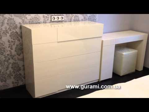 Шкаф-купе с глянцевыми вставками АГТ в дверях