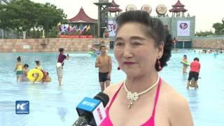 Download Video Asombrosa demostración de mujeres mayores en bikini MP3 3GP MP4