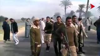 فيديو| لحظة حرق الأهالي سيارات الشرطة في سوهاج