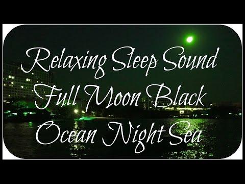เงาคลื่นแสงจันทร์ ส่องสว่าง บนท้องทะเล
