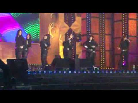 Hyoyeon của SNSD ngã bệt trên sân khấu   Hyoyeon cua SNSD nga bet tren san khau