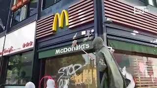 Milano, gli studenti in corteo imbrattano il McDonald's