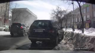 В Курске, лавина снега упала с крыши на авто