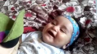 Baby lacht sich kaputt weil seine puppe geohrfeigt wird. )) Resul (8monat)
