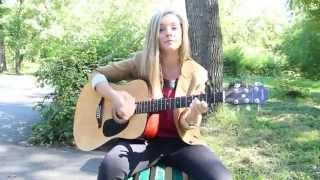Милая девушка поет под гитару!