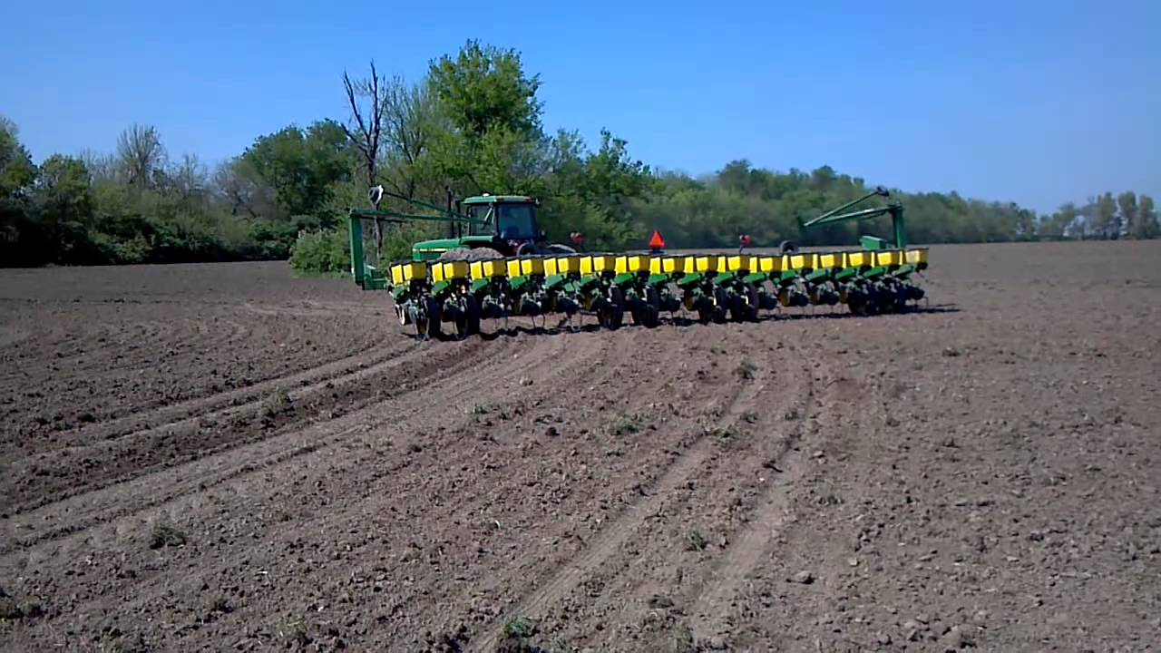 4840 With 7200 John Deere 16 Row Planter Youtube