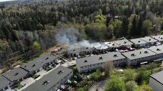 Två personer skadade när sex radhus brann i Huddinge - Nyheterna (TV4)