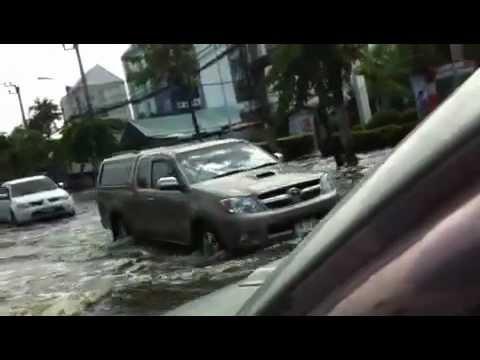 น้ำท่วมถนนนวลจันทร์
