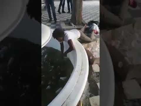 Graban a mujer lavando vasos desechables en agua sucia del cementerio San Miguel
