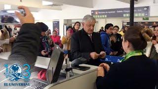 Llega AMLO con retraso al aeropuerto... pero se da tiempo para selfies