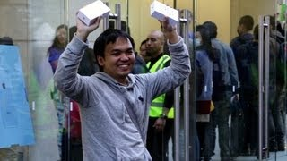 CNET News - Meet the first person to buy the new iPhone 5s in stores(http://cnet.co/19xsbrC The line wrapped around the block at the Apple store in Sydney, according to CNET Australia's Seamus Byrne, who joined the crowd ..., 2013-09-20T03:31:39.000Z)