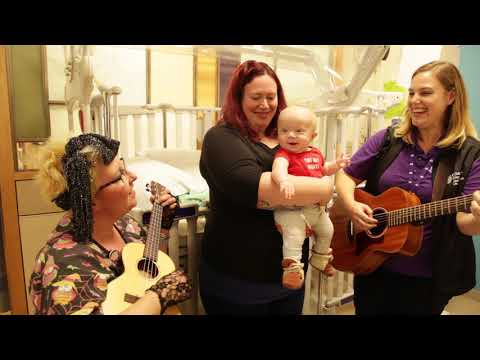 "Bennett, Railynn, and Elke perform ""Twinkle, Twinkle Little Star"" in bed 
