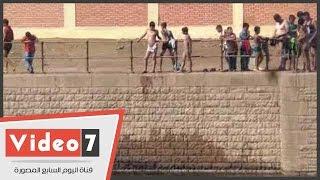 بالفيديو.. أطفال يعرضون حياتهم للخطر هربا من حرارة الجو فى القناطر الخيرية