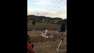 るんカフェ店主の地元、三重県の紀宝町神内の田んぼでライブ! 題して「...
