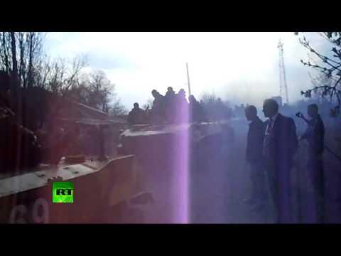Донбасс против танков: местные жители не пропускают военную технику в Донецк