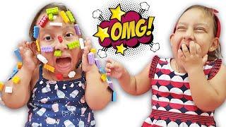 Nunca brinque com o Lego errado | Kids Pretend Play LEGO HANDS ليغو تعلق في وجه شفا ! - MC Divertida