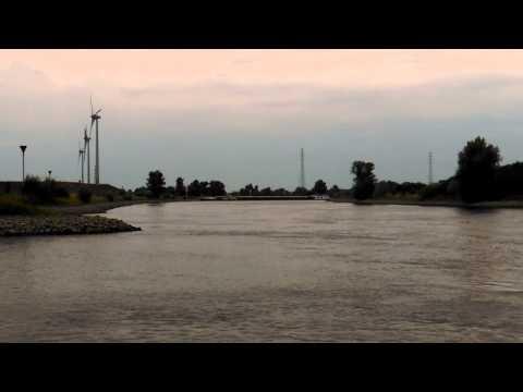 Schip overdwars en vast in de IJssel!