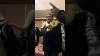 بالفيديو.. هاني حسن الأسمر يُغني تحت تهديد 'الثعبان'