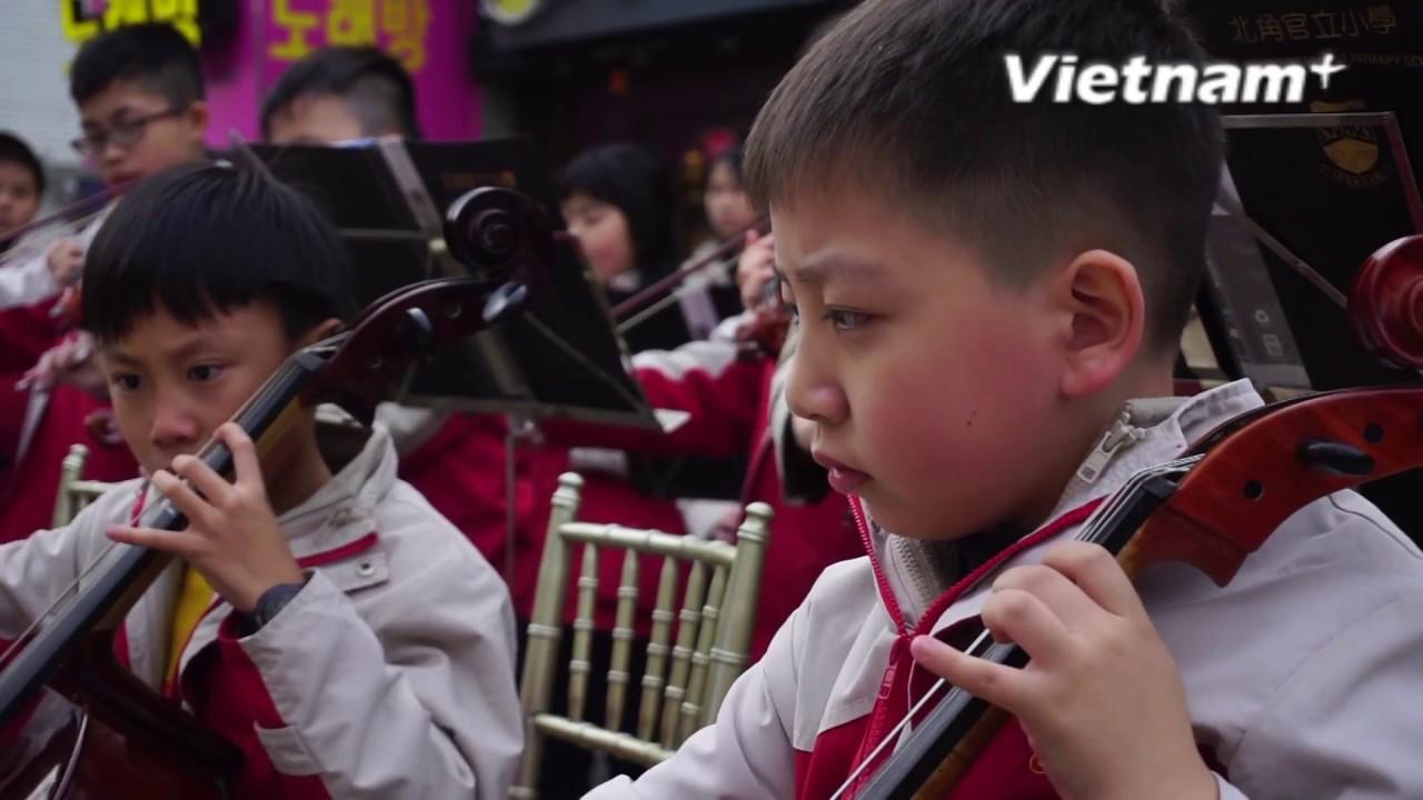 Kết quả hình ảnh cho Hàng chục nhạc công nhí trổ tài trên đường phố Seoul