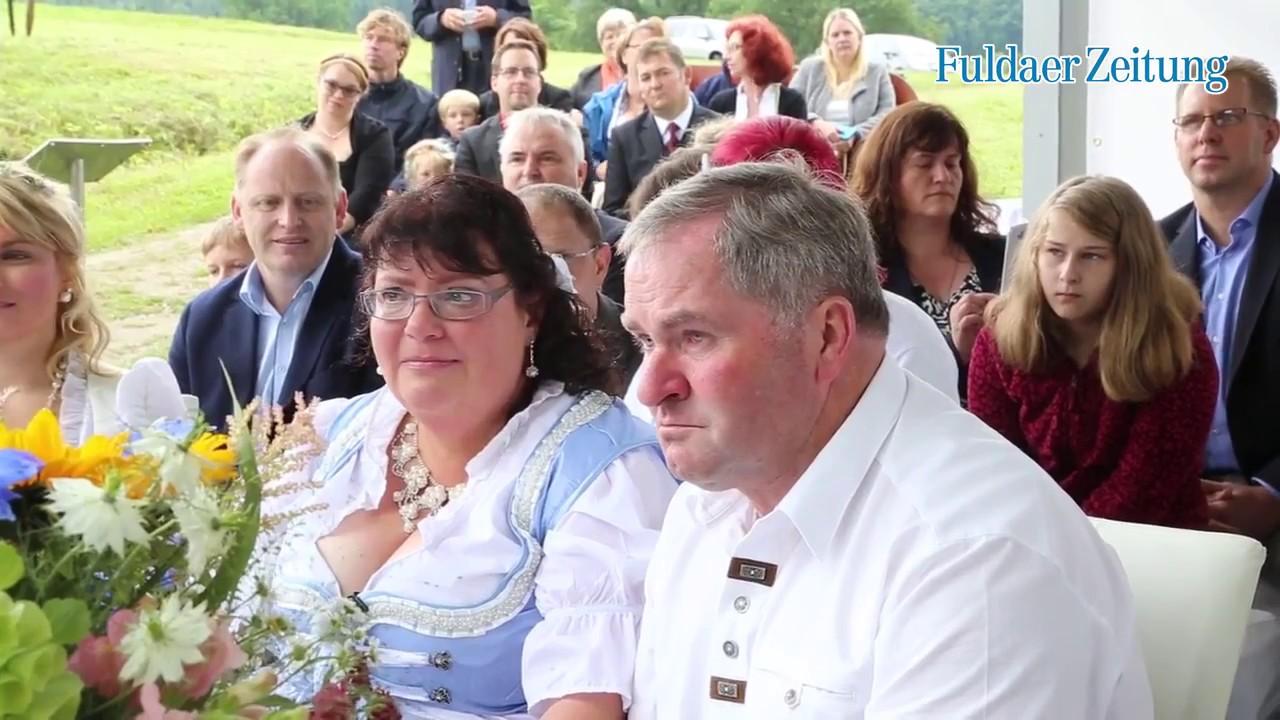 """""""Bauer sucht Frau""""-Paar feiert romantische Hochzeit in der Rhön - YouTube"""