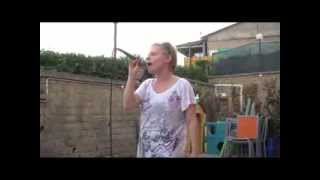 Karaoke: Laura Bombardieri prova CALORE di Emma Marrone.