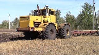 Трактора Кировец пашут поле