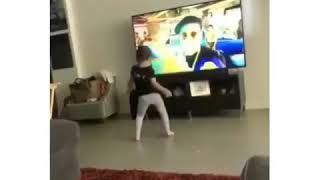 Niña baila cancion Dura de Daddy Yankee