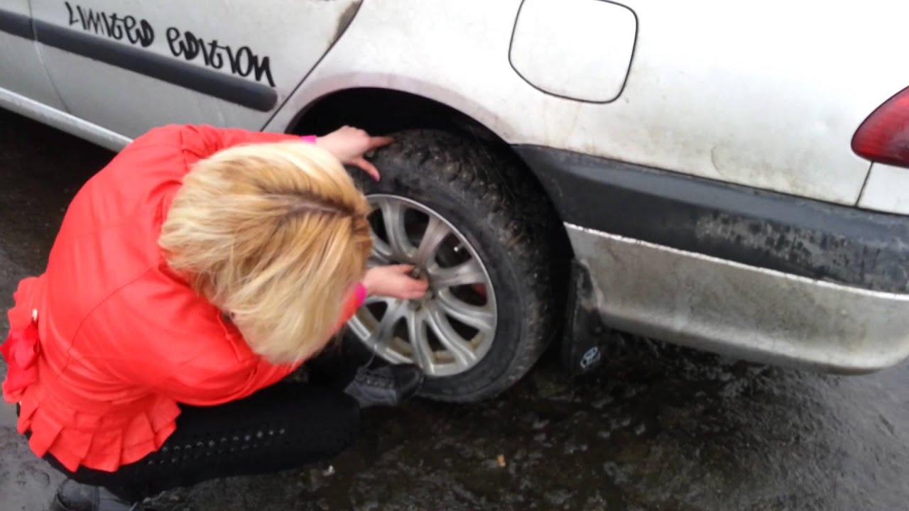 девушка меняет колесо на машине фото