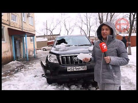 Снег с крыш разбивает машины уссурийцев