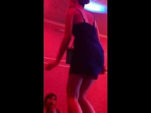 Cảnh thác loạn của cô gái trong quán karaoke