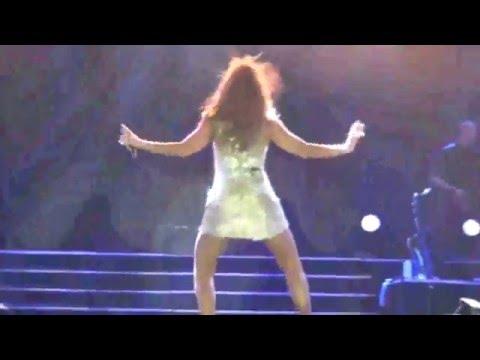 Ivete Sangalo deita no palco durante show para tirar foto com fã