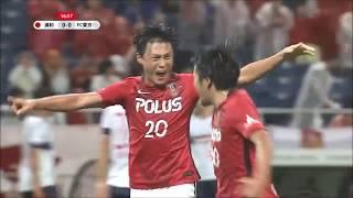 興梠 慎三(浦和)のボレーシュートが相手GKの手を弾きながらゴールに吸...