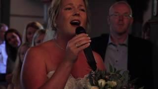 Bruden overrasker alle med sang opp kirkegulvet